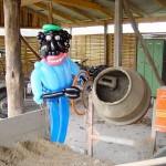 Luftballonfigur Schwarzarbeiter am Betonmischer