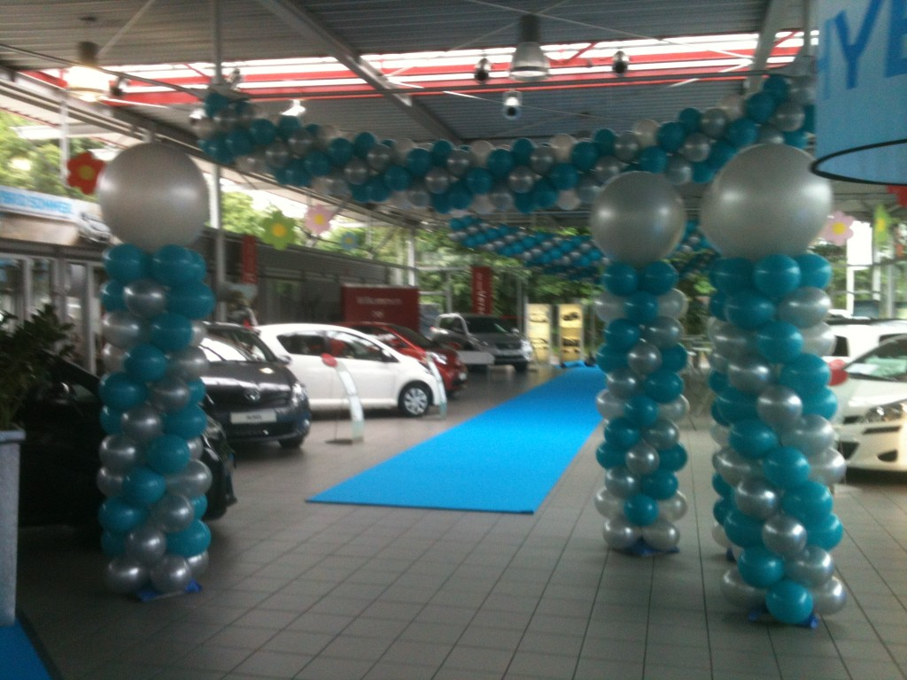 Luftballonkünstler Essen Ballonmodellierer Luftballonsäulen mit Luftballongirlanden