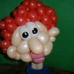 Kopf einer älteren Dame mit roten Haaren