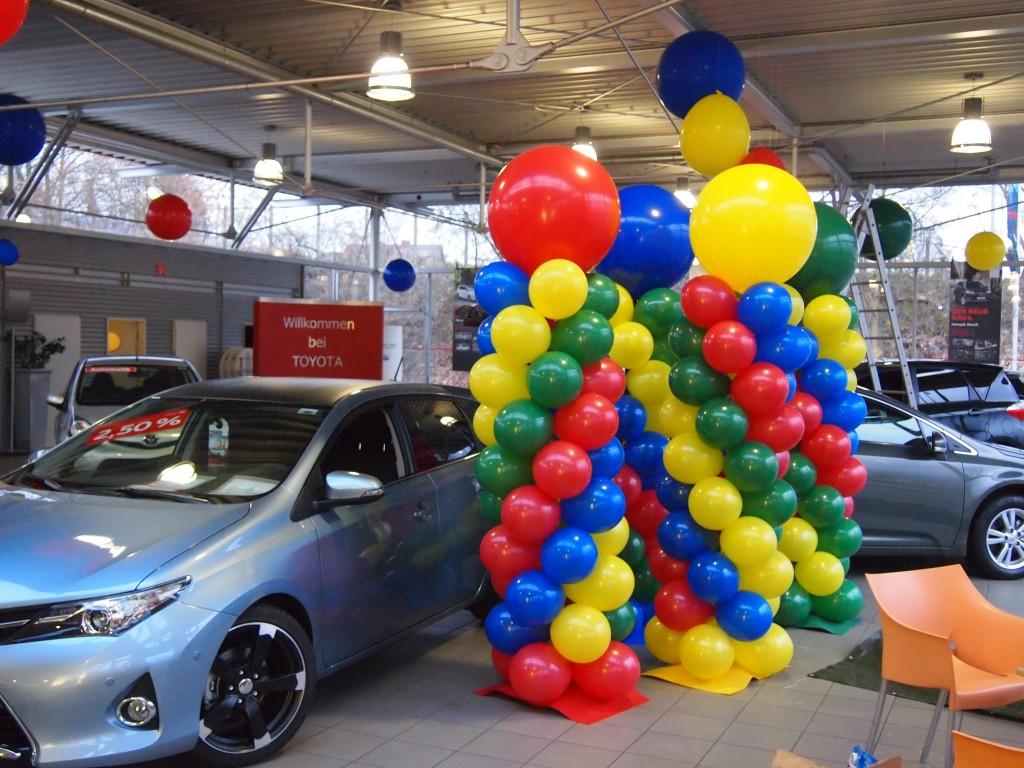 Galerie Ballondekorationen 4 Farben Säulen im Autohaus