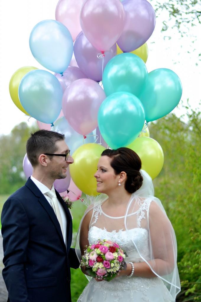 Atuelles Hochzeitpaar mit Pastelballon Traube