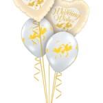 Tischbuquette mit 2 Folien Herzen mit Aufschrift Wedding Wisches und 2 weißen Latexballons mit Turteltaubenaufdruck