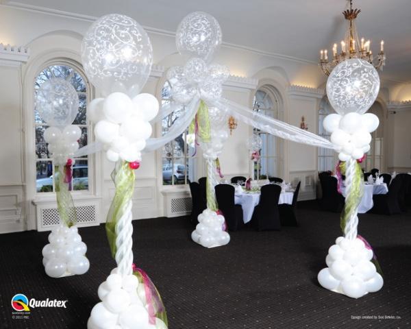 Galerie Ballondekorationen Vier Säulen 2,20m hoch im 4eck aufgestellt, mit Tüllschleife verbunden, in der Mitte von Gasballons hoch gehalten.