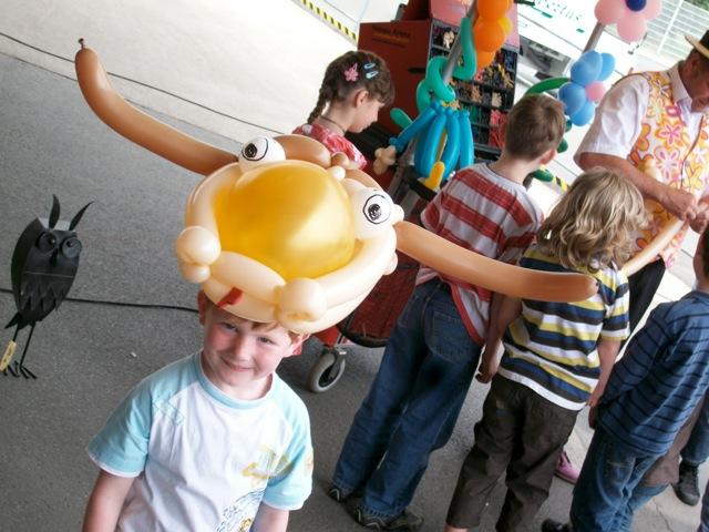 Galerie Ballonmodellage Junge  mit Stierhut