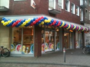 Luftballonkünstler Schortens in Farben gedrehte Luftballongirlande